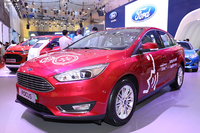 chiem-nguong-gia-dinh-dong-co-ecoboost-cua-ford-tai-trien-lam-o-to-viet-nam-2016-1
